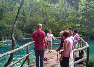 Fotózkodás a türkizkék tó fölött